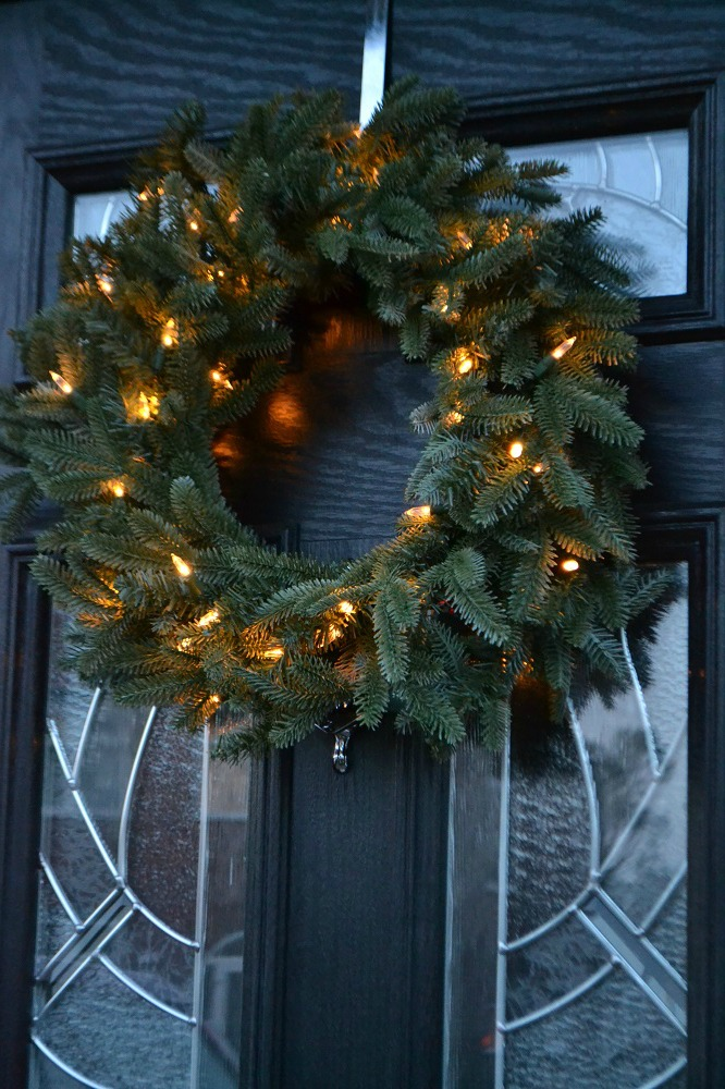 Realistic artificial wreath