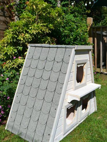 Weatherproof cat den